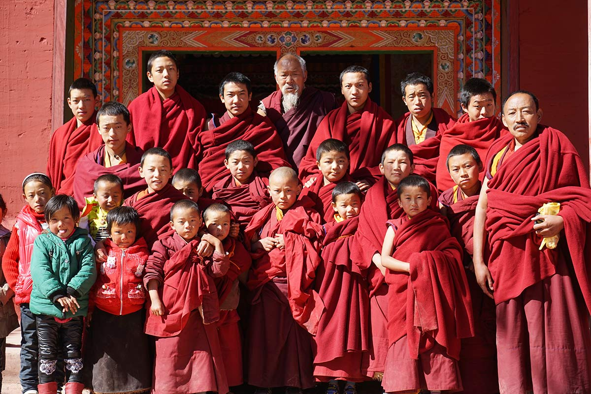 YenaGompa_monks_children_Tibet